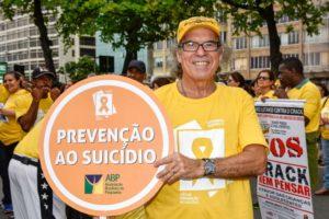 O psiquiatra Jorge Jaber realizou ação em Copacabana para chamar atenção para o problema (Foto: Isabela Kassow - Divulgação)