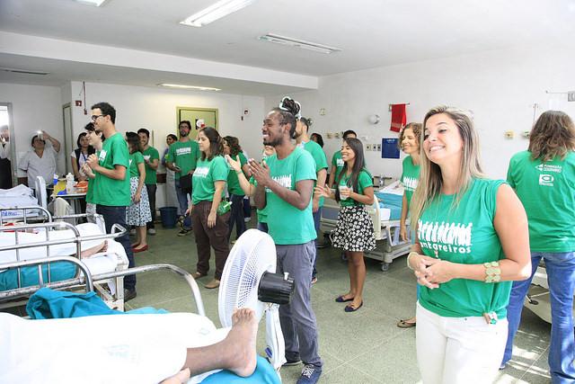 Grupo de cantores voluntários se apresentou para pacientes do Souza Aguiar (Divulgação/SES-RJ)