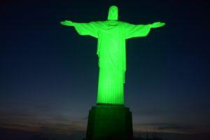Em homenagem ao Dia do Médico, o Cristo Redentor foi iluminado na cor verde na noite de quarta-feira, dia 18 (Foto: Divulgação)