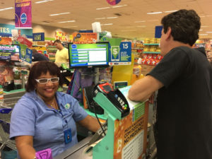 Aos 54 anos, Geralda foi contratada no Prezunic: um impulso para a sua auto-estima (Foto: Divulgação)