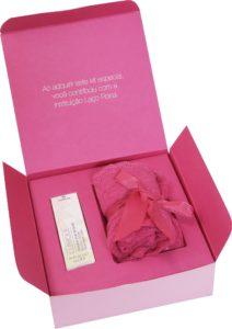 Renda do kit da Loungerie, vendido por R$ 99,90, é doada 100% para a Fundação Laço Rosa (Foto: Divulgação)