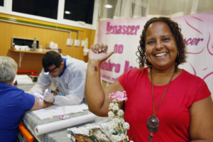 Leda Paixão, de 46 anos, teve câncer de mama aos 37 e foi ao Rio Imagem para entrar na lista de espera pela tatuagem (Foto: Divulgação SES)