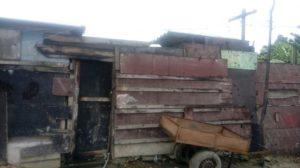 Famílias da comunidade de Jardim Gramacho vivem em casebres construídos de papelão e madeira (Foto: Divulgação Geid)