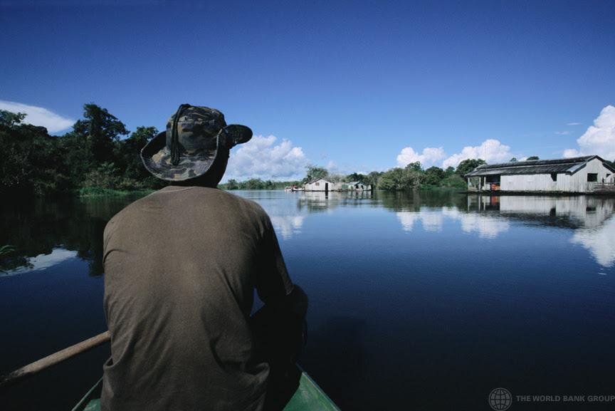 Pescador no Lago Iranduba, próximo a Manaus. (Foto: Banco Mundial/Julio Pantoja)